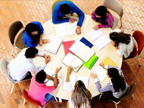 Academia para preparar Pruebas de Acceso en Valencia - mesa redonda