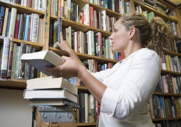 Academia de Oposiciones para Biblioteca en Valencia - bibliotecaria con libros