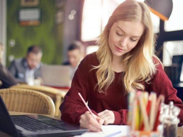 Academia para preparar Oposiciones de Universidad en Valencia - estudiante con lápiz