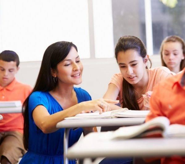 academia para preparar oposiciones de secundaria - profesora explicando