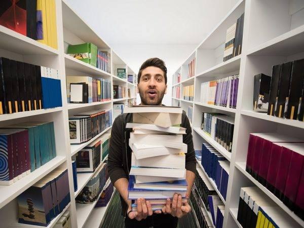 Academia de Oposiciones para Biblioteca en Valencia - chico con libros