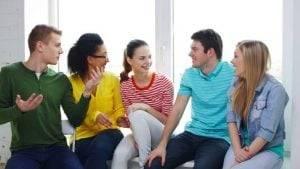 aprender inglés en Valencia - amigos hablando