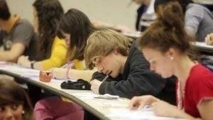academia de inglés en Valencia - chicos estudiando